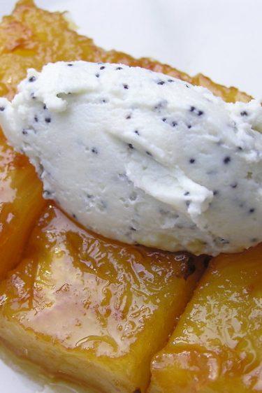 La recette de l'ananas caramélisé au beurre salé et sa quenelle de chèvre frais au pavot