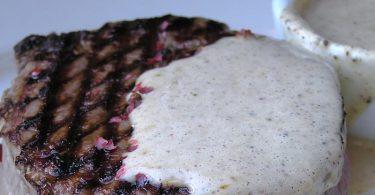 Steak au poivre, sauce crémeuse aux 3 poivres, recette