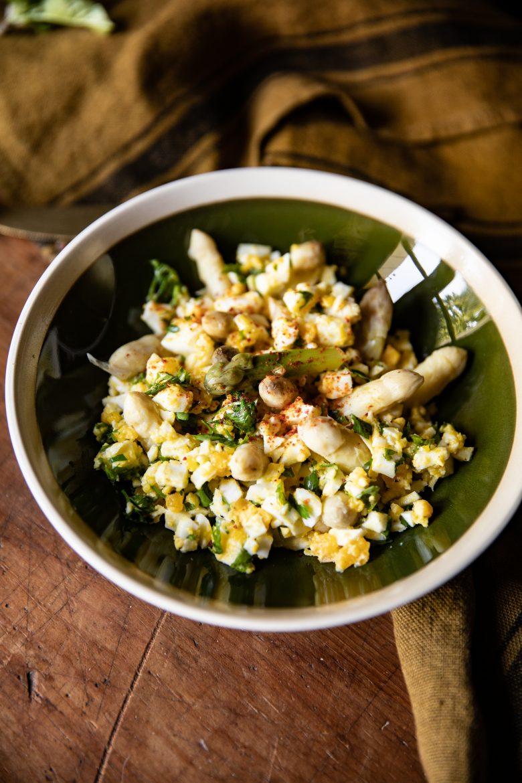 Les asperges à la flamande, une recette d'asperges blanches, d'oeufs durs et de persil, le tout au beurre fondu
