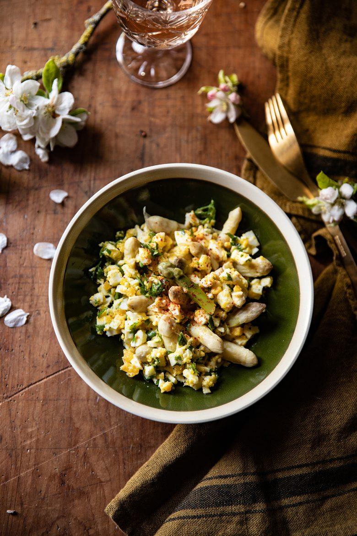 recette traditionnelle des asperges blanches à la flamande, aux oeufs durs, persil et beurre fondu