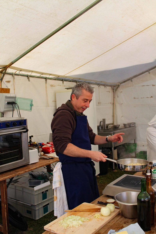 Valéry Drouet aux fourneaux en pleine démonstration de cuisine à Bonaguil