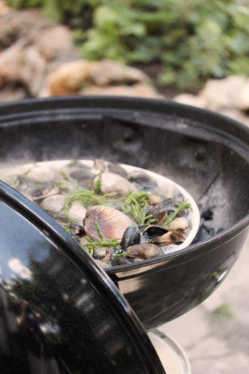 assiette de coquillages ouverts au barbecue