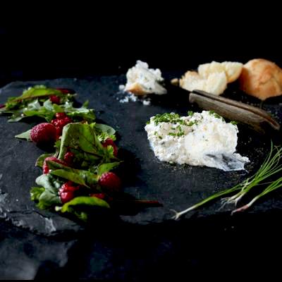 Salade aux framboise, fontainebleau et brioche au sel
