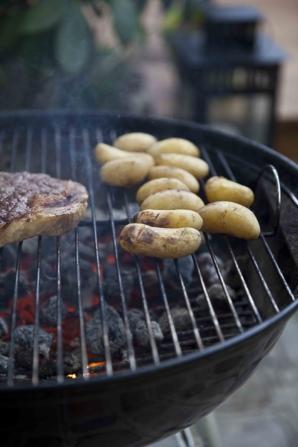 pommes de terre grillées sur la grill du barbecue