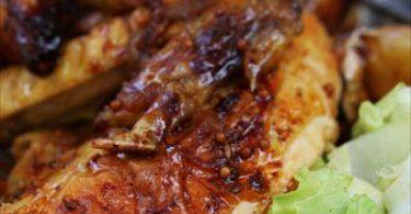 poulet confit à la graine de moutarde tranché, le blanc doré, salade et jus de rôti