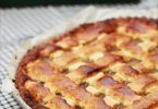Ma recette de la tarte à la compote de pomme décorée de croisillons de pâte.