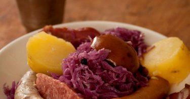 Choucroute au chou rouge, servie avec des pommes de terre et de la viande