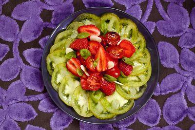 Salade de tomates et de fraises aux amandes fraîches 1