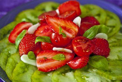 Salade de tomates et de fraises aux amandes fraîches 3