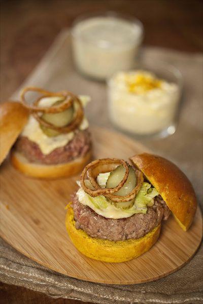 cheeseburger maison, sauce curry, sauce aux herbes buns ©panierdesaison