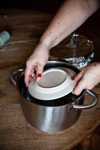 Assiette base de cuisson pour le véritable Christmas Pudding anglais cuit au bain-marie