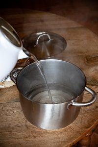L'eau bouillante dans la casserole où cuira le Christmas Pudding