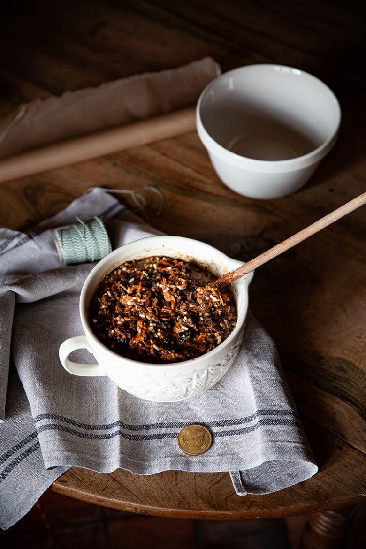 La véritable recette du Christmas pudding anglais et ses adaptations aux vegan et aux sans alcool. Le mélange et l'écu pendant le stir up sunday.
