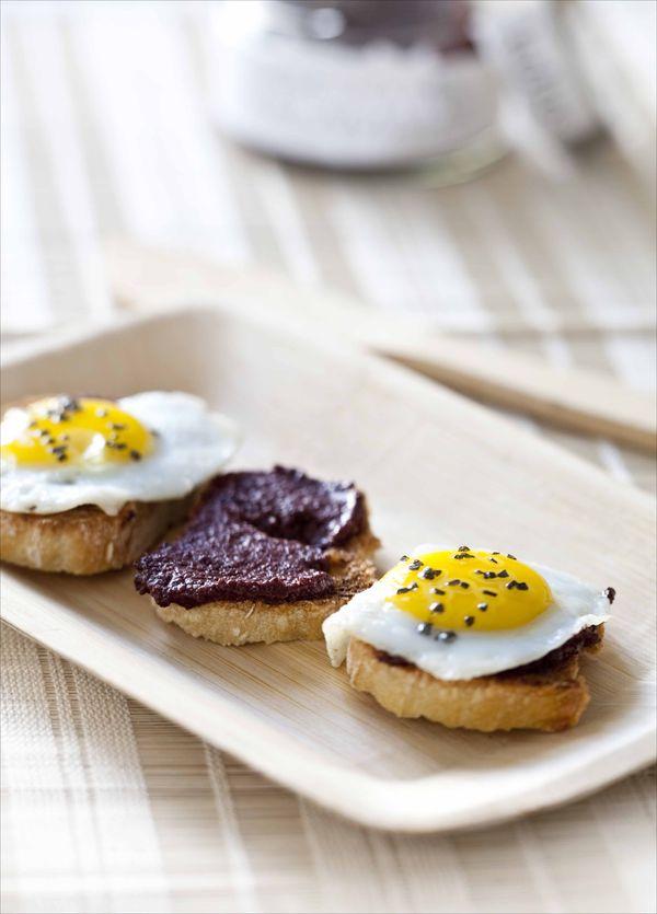 Crostinis à la crème d'olives noires Kalamata et oeufs de cailles, sel noir 1