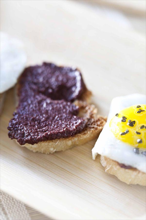 Crostinis à la crème d'olives noires Kalamata et oeufs de cailles, sel noir 2
