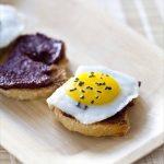 Crostinis à la crème d'olives noires Kalamata et oeufs de cailles, sel noir