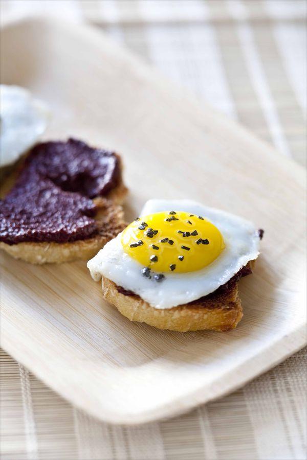 Crostinis à la crème d'olives noires Kalamata et oeufs de cailles, sel noir 3