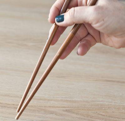 Comment tenir ses baguettes chinoises panier de saison - Comment tenir des baguettes chinoises ...