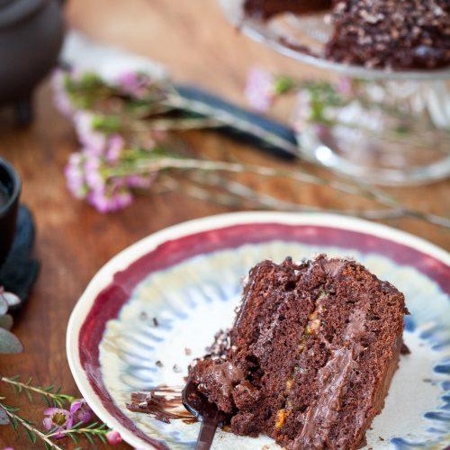 Part entamée de layer cake au chocolat