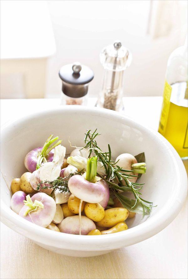 saladier de navets nouveaux crus, herbes et pommes de terre