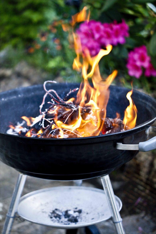 barbecue weber avec les flammes d'un feu de bois