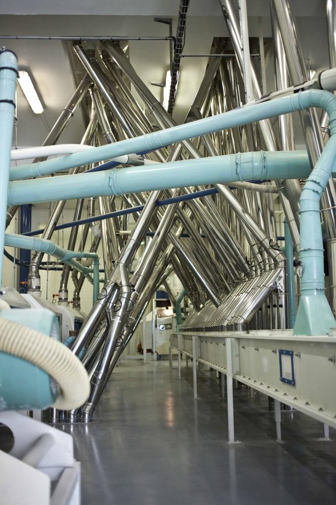 La circulation de la farine se fait par compression au travers de tuyaux (les métalliques). Les tuyaux bleus sont les tuyaux d'air qui permettent cette circulation de bas en haut ou de haut en bas...