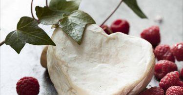 Un Neufchâtel, un formage AOP de Normandie en forme de coeur