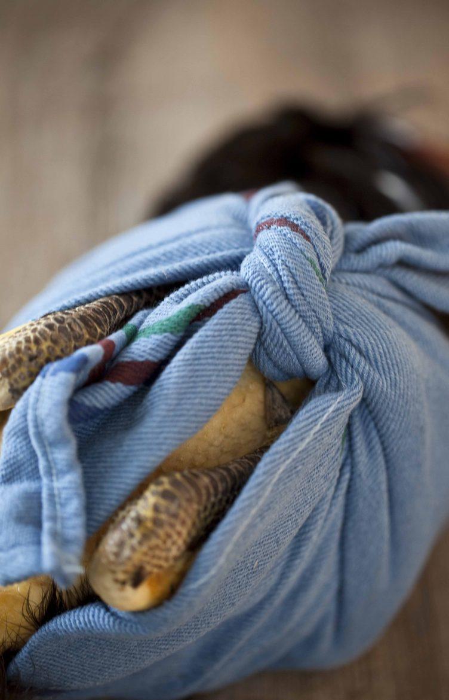Les pattes du chapon noir emmailloté entier dans son torchon bleu