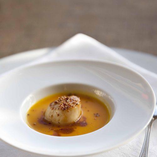 Ma recette de crème de potimarron aux Saint-Jacques et aux brisues de châtaignes s'inspire de celle-ci à la chapelure de noisette