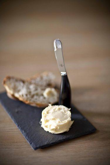 Mon beurre maison, beurre fait maison, assiette en ardoise et couteau Laguiole