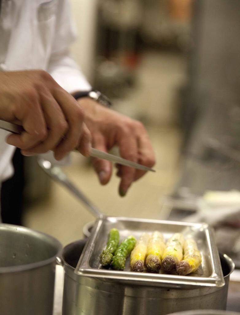 Relais Bernard Loiseau Cuisine Atelier cuison des aspergs fond clair @Anne Demay 31