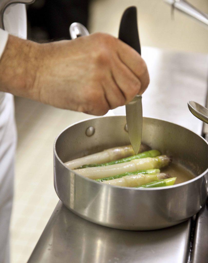 Relais Bernard Loiseau Cuisine Atelier cuisson des asperges @Anne Demay 21