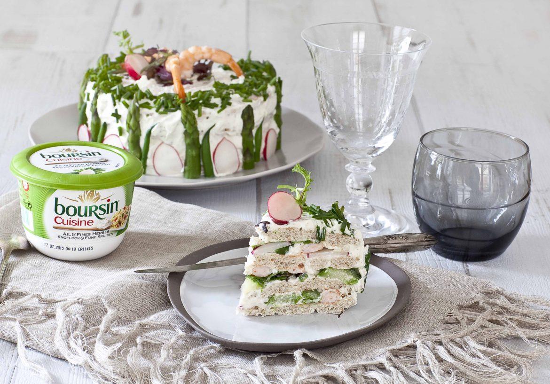 La jolie part de sandwich cake aux crevettes, la recette avec un fromage frais ail et fines herbes