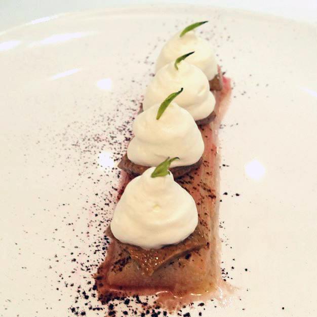 Notre si joli dessert à la rhubarbe par Pierre Augé pour la Baleine
