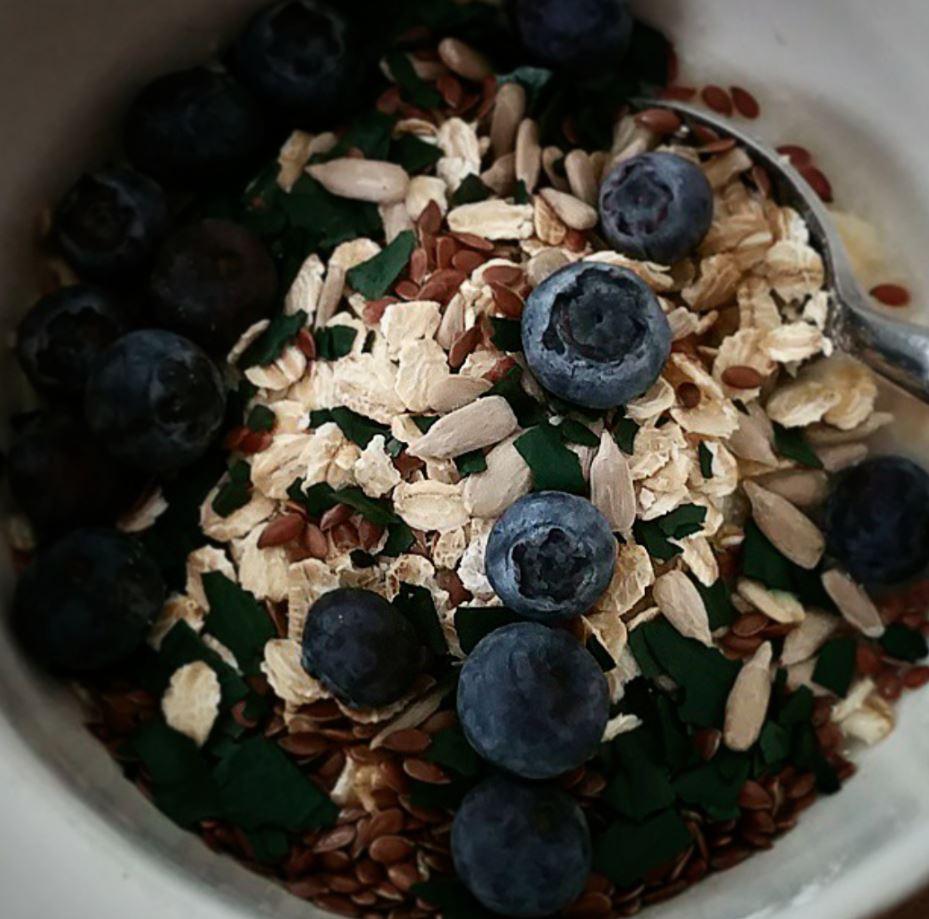 mon bol breakfast de petit déjeuner avec faisselle, avoine, myrtilles, spiruline