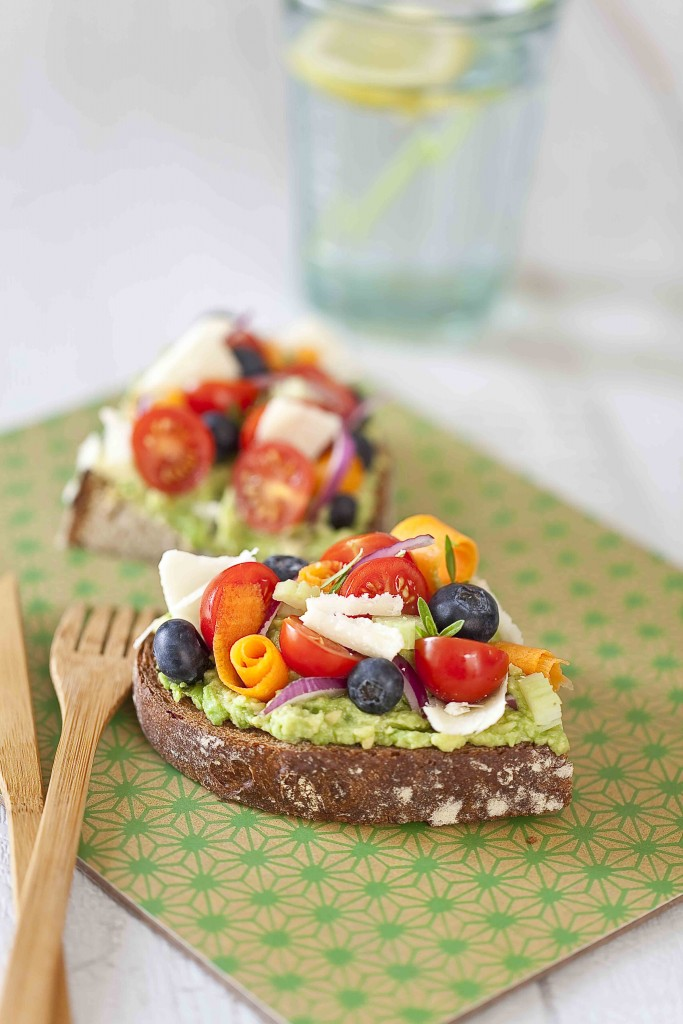 Tartine à l'avocat, légumes et fruits 1c