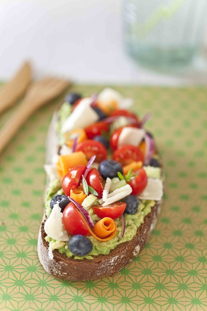 Tartine à l'avocat, légumes et fruits 3c