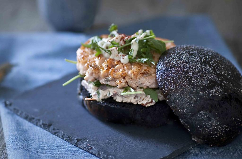 Burger au saumon Méditerranée bun noir au pavot 2c©panierdesaison