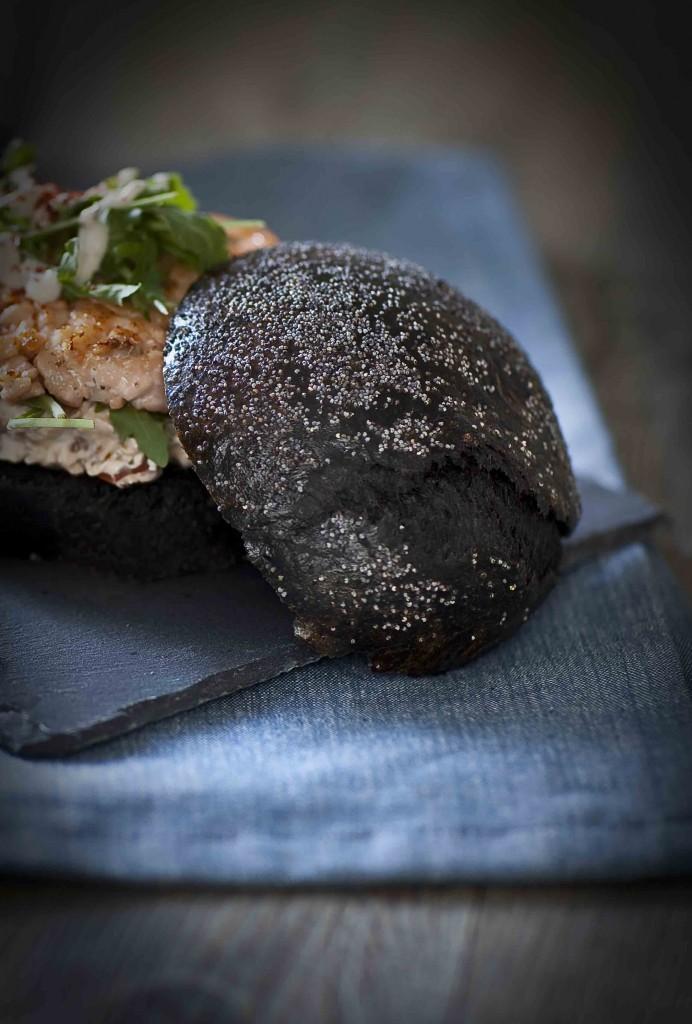 Burger au saumon Méditerranée bun noir au pavot 3c©panierdesaison
