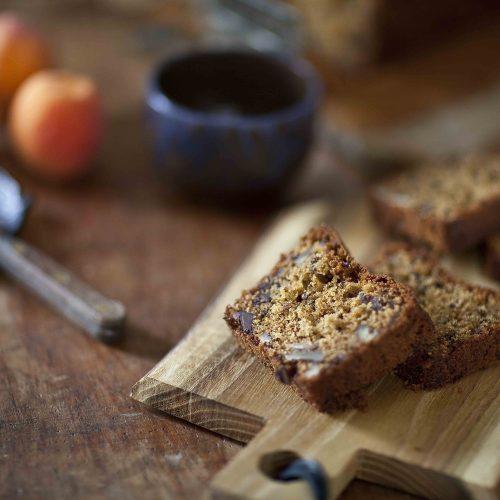 Du petit déjeuner au goûter et au tea time, le quatre-quarts à l'huile d'olive, aux noix de pécan et au chocolat accompagnera tes pauses gourmandes.