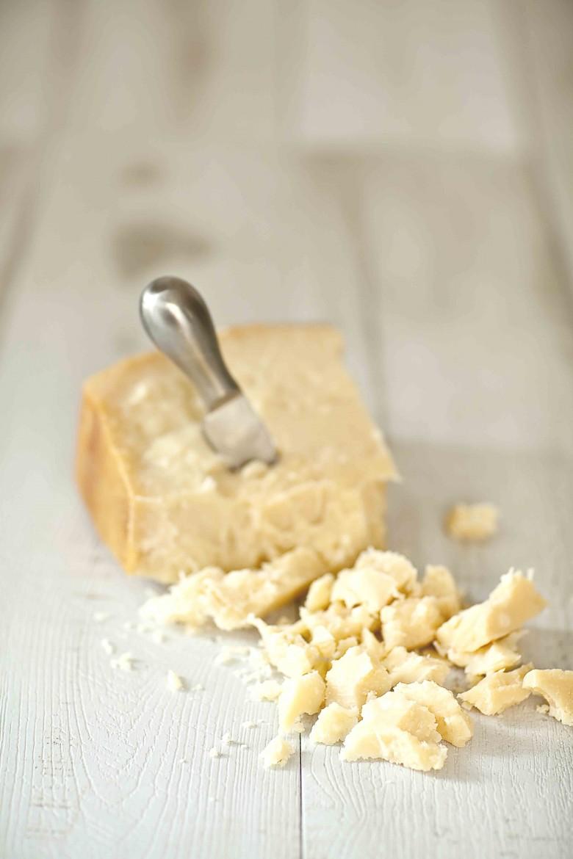 morceau de parmesan et son couteau