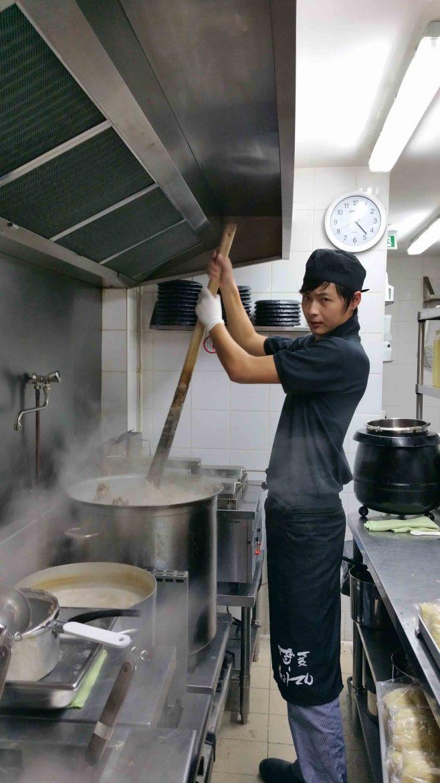 Cuisson du bouillon Tonkostu, bouillon pour les ramen chez Hakata Choten à Paris