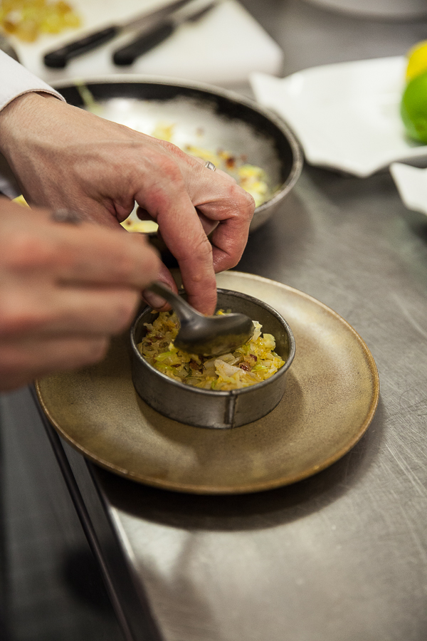 Montage de l'embeurrée de chou vert pour les coquilles Saint-Jacques à la crème et au chorizo