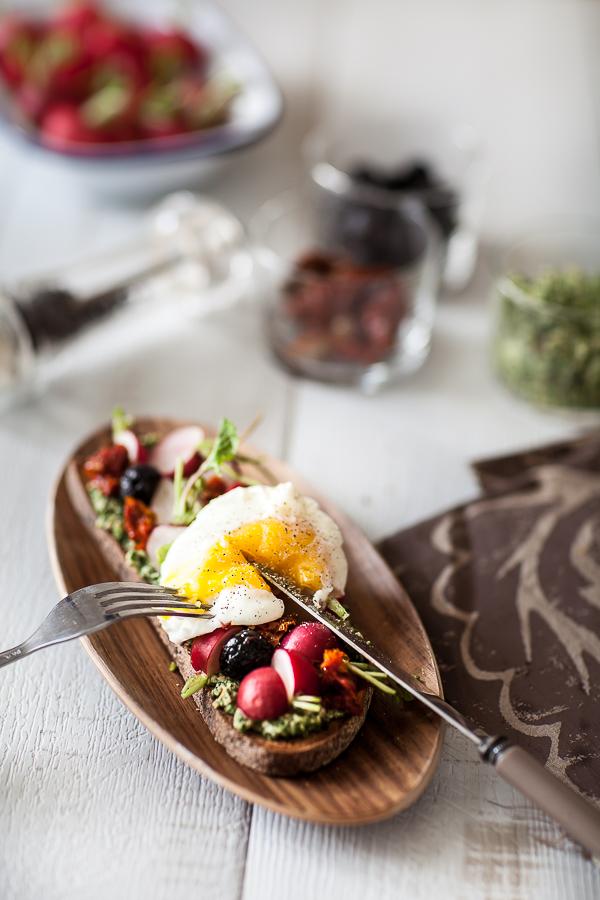 Recette de tartine de radis au pesto de fanes et oeuf poché