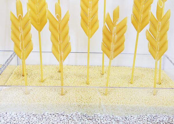 décoration en forme d'épis de blé réalisée avec des pâtes penne