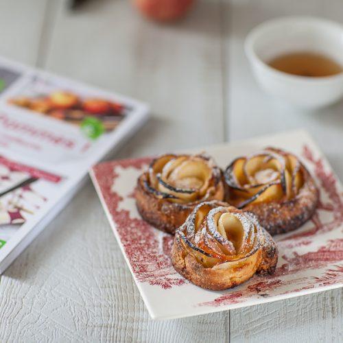 Recette de tartelette où les pommes sont pliées comme des pétales de rose, à la confiture d'abricot