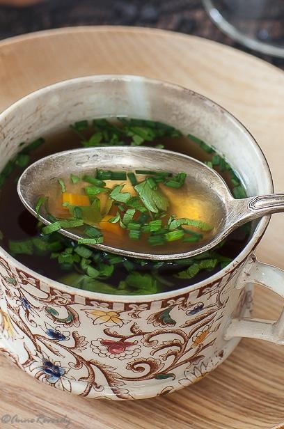 Le consommé aux herbes, ma recette de consommé de bouillon de pot-au-feu