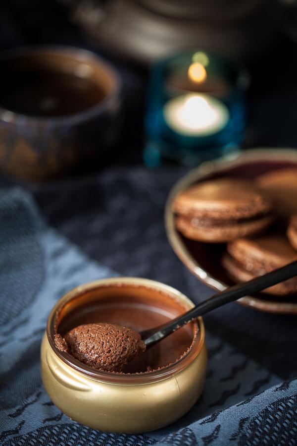 Mousse au chocolat dans un pot doré avec macarons aux chocolat