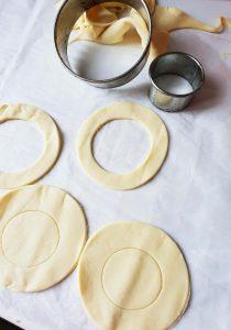 Découpe des cercles et du chapeau pour la croustade de pâte feuilletée