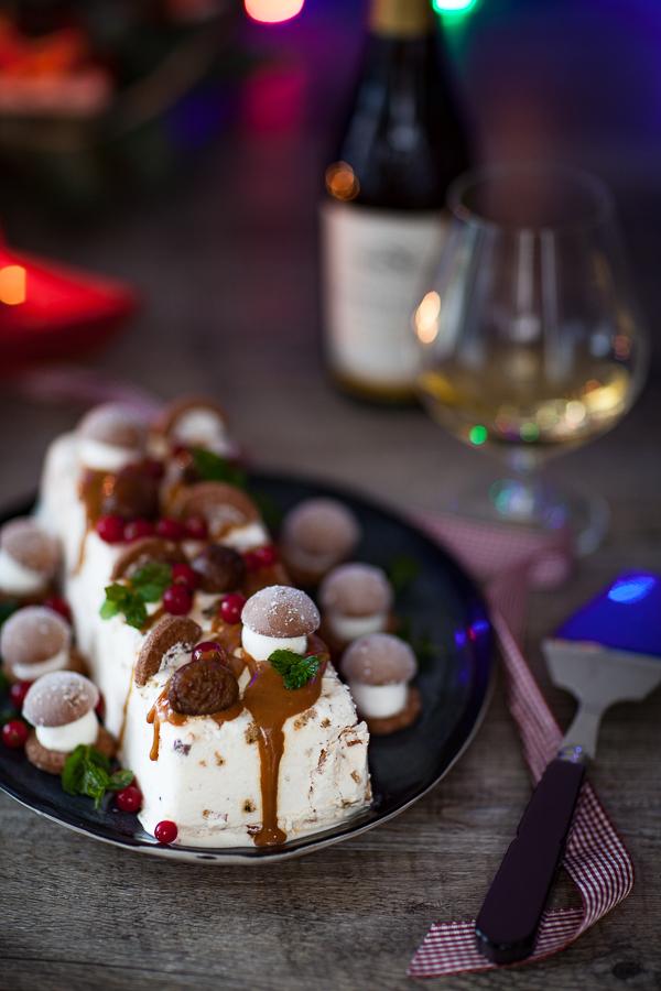 Nougat glacé aux marrons pour Noël couvert de sauce caramel et de biscuits en forme de champignons